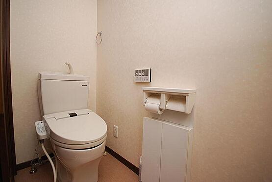 店舗付住宅(建物全部)-さいたま市北区日進町3丁目 トイレは1階に2箇所(居宅部分1箇所、店舗部分1箇所)、2階に2箇所設置されています。