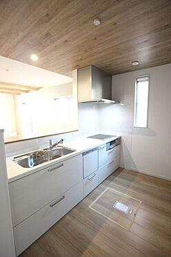 新築一戸建て-橿原市菖蒲町2丁目 ご家族でお料理を楽しんで頂ける大型のシステムキッチン。リビングの様子も良く見えます。