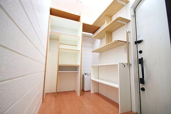 中古一戸建て-熱海市伊豆山 1階の納戸は外への出入り口もございます。屋根裏部屋もございますので収納は豊富です。