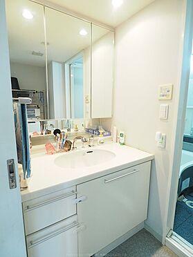 中古マンション-浦安市東野2丁目 忙しい朝にも役立つシャワー付きの洗面化粧台。ミラーキャビネットは整理整頓に大変便利です。