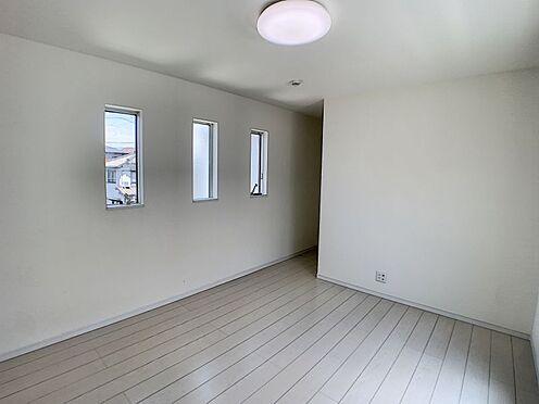 戸建賃貸-西尾市平坂町奥天神 リビング隣の洋室は仕切りを開けると家族団らんの開放的空間、閉めれば固有のスペースが作れます。