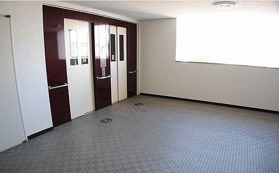 区分マンション-京都市右京区西京極大門町 明るい印象のエレベーターホール