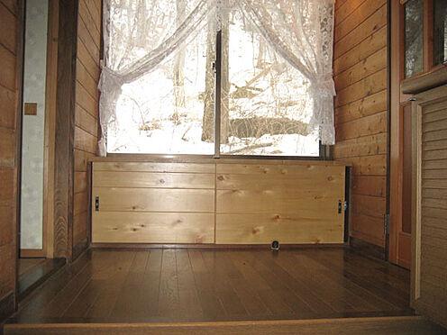 中古一戸建て-北佐久郡軽井沢町大字長倉 狭い印象になりがちな玄関ですが、目の前が窓なので実際より広く感じます。収納ベンチも便利。