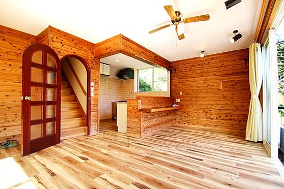 中古一戸建て-熱海市上多賀 ファン付きの照明が良く似合う室内。天井も高く開放感あります。