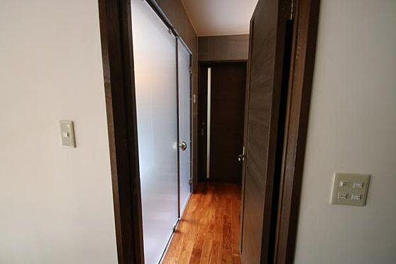 中古一戸建て-熱海市伊豆山 玄関から入って右手側には洗面室、洗濯機置き場、浴室、トイレが配置されています。