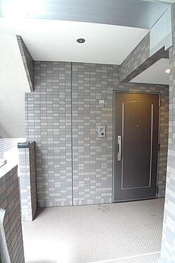 マンション(建物一部)-大田区西糀谷4丁目 共用部 共用廊下とお部屋の玄関ドア(2016年7月撮影)