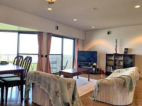 中古マンション-伊東市川奈 〔リビング〕ご覧のように、ダイニングテーブルやソファーを置いても広さ十分です。