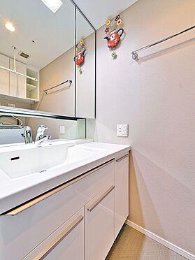 中古マンション-品川区西五反田3丁目 三面鏡で収納豊富な洗面所