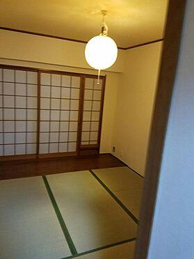 建物全部その他-京都市伏見区石田内里町 4.5帖和室。バルコニーに面していて隣の洋室につながってます。
