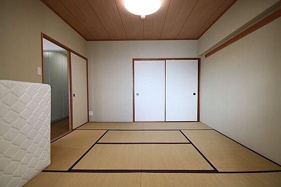 リゾートマンション-熱海市熱海 リビングに併設して8畳和室があり、押入れもあるので、大勢が泊まる時用の布団もしまえます。