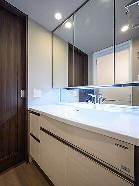 中古マンション-品川区東品川4丁目 【Wash basin】毎日のお手入れがしやすい、継ぎ目のないボウル一体型の洗面カウンターをご用意。