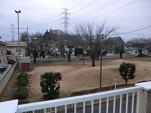 戸建賃貸-熊谷市江南中央3丁目 2階のベランダから目の前の公園見た写真です。
