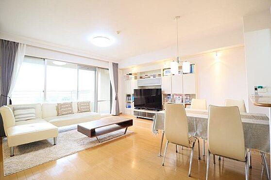中古マンション-八王子市別所1丁目 家具などのレイアウトがしやすいほぼ正方形のLDです。床暖房付き。