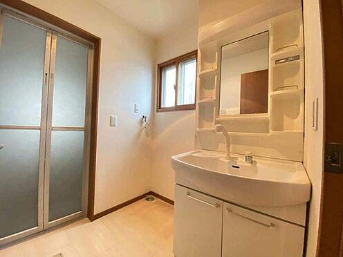 戸建賃貸-東海市加木屋町畑尻 毎朝の身支度もスムーズにかなえてくれる洗面化粧台。