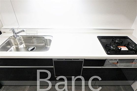 中古マンション-豊島区西巣鴨1丁目 食器洗浄機付きシステムキッチン3口ガスコンロ、グリル付きでお料理も捗ります。