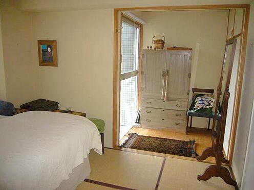 中古マンション-熱海市伊豆山 和室には2畳弱の広さの縁側スペースがあります。