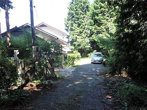中古一戸建て-田方郡函南町平井 【前面道路】写真左手前が対象不動産への入口。対象不動産と他二件で正面の車返しに駐車していたそうです。