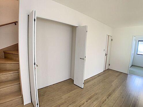 戸建賃貸-名古屋市西区笠取町1丁目 リビングに収納があり、整理整頓しやすいですね!(同仕様)