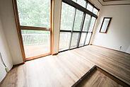 窓が大きいので明るく風通し良好の南側、10帖の洋室