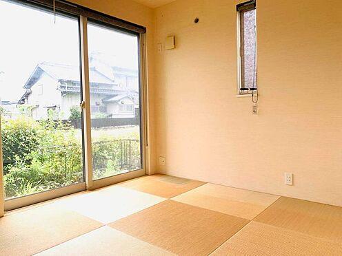 中古一戸建て-津島市百島町字居屋敷 リビング横に和室を配置。居室や来客用として、また小さなお子様のお昼寝スペースとして活躍します!