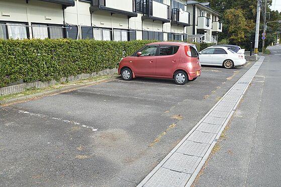 アパート-いなべ市大安町平塚 敷地が広く戸当たり2台駐車が可能。