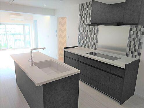 中古マンション-品川区東五反田1丁目 黒基調のシックなキッチンに、壁面には黒、グレー、透明のタイルが施されており非常に綺麗です