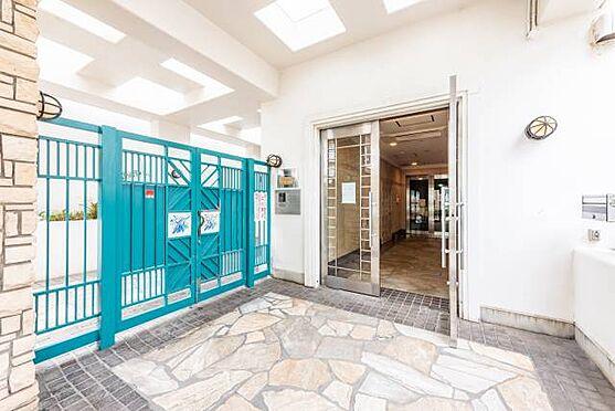マンション(建物一部)-茅ヶ崎市東海岸南6丁目 ■ エントランス ■ 鮮やかなブルーが印象的なエントランスです。白亜の壁がまぶしく光りますね。タイル張りの粋なデザインも特徴です。