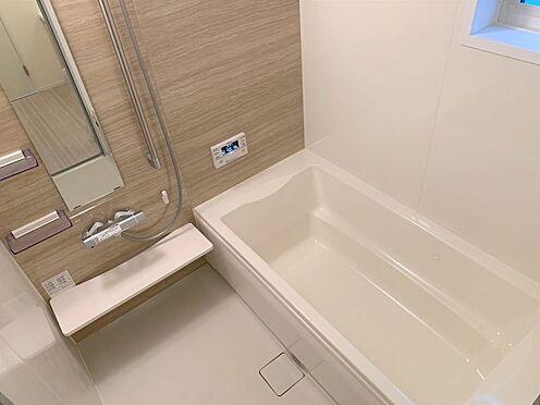 新築一戸建て-西尾市伊藤2丁目 足を延ばしてゆっくりくつろげる浴槽サイズです。 滑りにくい設計で、お子様とのお風呂も安心です。