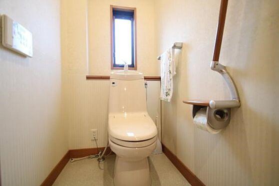 中古一戸建て-熱海市伊豆山 温水洗浄暖房便座付き。手摺と開放窓があります。1階2階とトイレがあります。