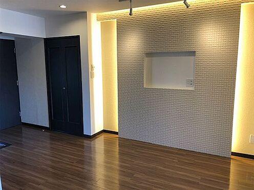 中古マンション-伊東市荻 【ダイニング】壁にはエコカラットを配し間接照明をつけました。