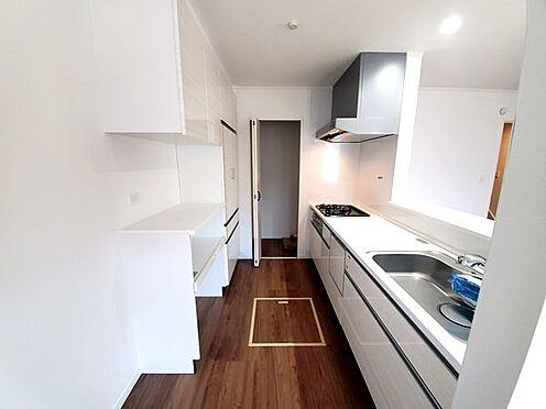 新築一戸建て-町田市金井7丁目 食洗器、浄水器、広々シンク、大容量スライド収納に加えてパントリーとカップボードが標準装備です!