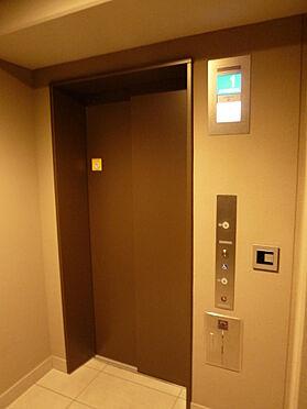 マンション(建物全部)-川口市芝新町 エレベーターの操作ボタンの上方に、エレベーターの中を写すモニターが設置されているので、安心です。