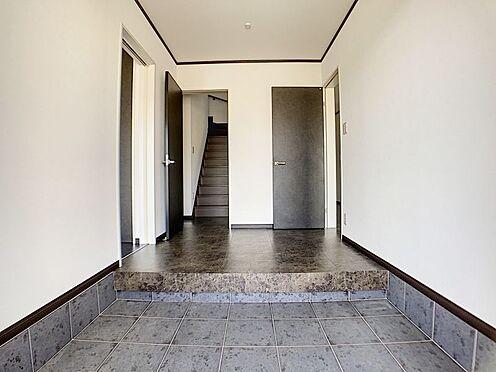 戸建賃貸-一宮市伝法寺3丁目 重厚感のある玄関ホールです。真っ直ぐ進めばリビングルームを通らず洗面所へも2階へも行けます。