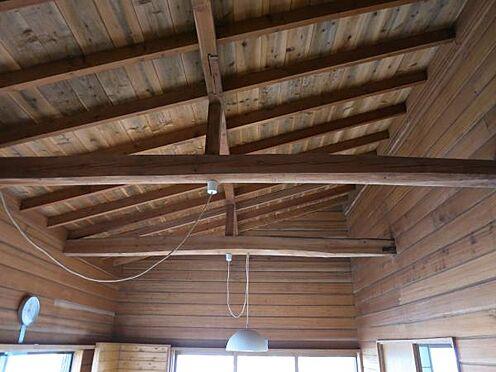 中古一戸建て-北佐久郡軽井沢町大字長倉 高天井になっているので開放的な空間が広がります。梁が見える造りが別荘らしいですね。