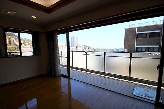 リゾートマンション-熱海市咲見町 リビング(4):ハイサッシの先に熱海の街並みを望みます。