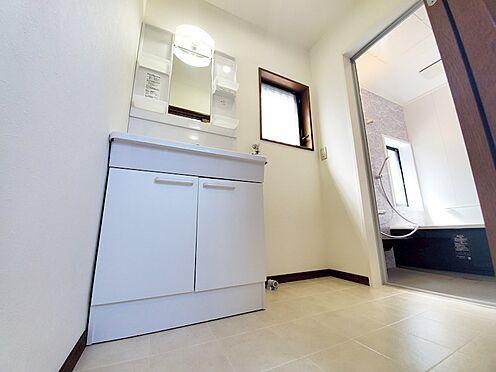中古一戸建て-相模原市中央区横山台1丁目 洗面室にも窓があるので明るく換気環境も整っています。洗面台も勿論 新規交換済です!