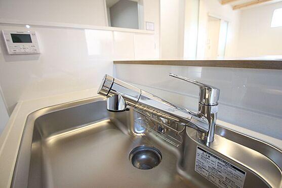 新築一戸建て-橿原市菖蒲町2丁目 水栓一体型の浄水器を設置。場所を取らずにきれいな水がいつでも利用できます