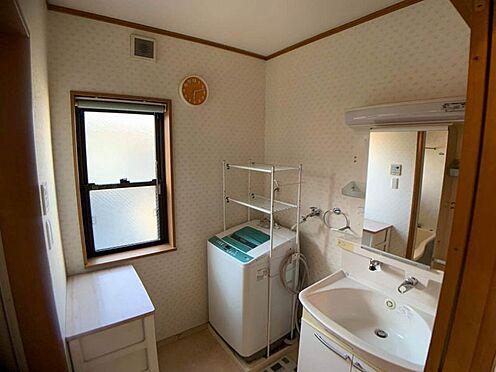 中古一戸建て-名古屋市西区宝地町 大きな鏡が印象的な洗面台。洗濯機を置いても充分な広さがございます。