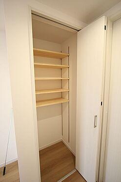 新築一戸建て-橿原市菖蒲町2丁目 2階廊下にも収納を配置。棚は可動式ですので、お好きなレイアウトでご利用下さい。