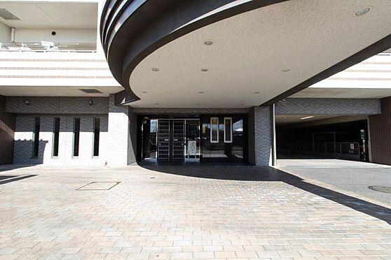 マンション(建物一部)-本庄市駅南1丁目 大きなエントランスは車寄せスペースもございます。
