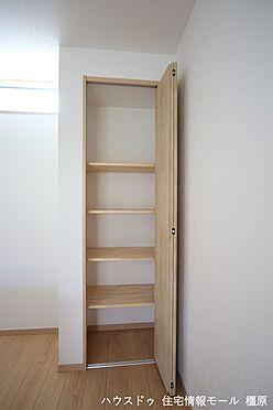 戸建賃貸-高市郡明日香村大字岡 キッチン奥にも収納を設けました。食品や飲み物のストックもすっきり整理して頂けます。