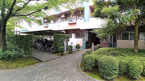 中古マンション-八王子市上柚木3丁目 敷地には緑が多く、暮らしが豊かになるマンションです。