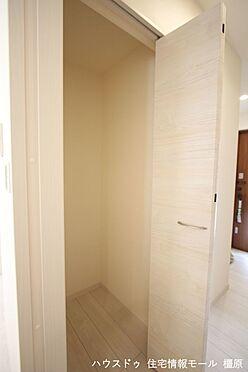 戸建賃貸-磯城郡田原本町大字阪手 1階廊下にも収納がございます。モップや掃除機など背の高い物の定位置にいかがでしょうか?