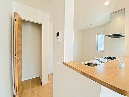 新築一戸建て-日野市西平山2丁目 キッチン横には収納が設置してありますので調味料などのストックにも活用できます。