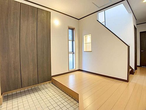 中古一戸建て-岡崎市舳越町字東沖 他にはないデザインの玄関です。家に入った瞬間、お客様にお洒落..!と思っていただけるでしょう♪