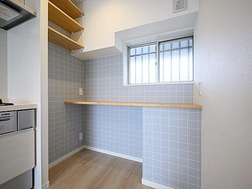 中古マンション-品川区東大井1丁目 カフェっぽいタイル柄と木目調カウンターが機能的でありオシャレです