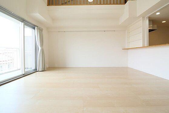 中古マンション-八王子市南大沢5丁目 勾配天井部分の天井高は約5.1mあります。床暖房付のリビングダイニング。約13.5帖