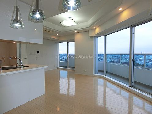 中古マンション-横浜市神奈川区栄町 開口部が広く、一日を通して明るいお部屋です。