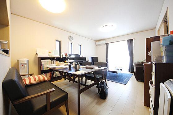 建物全部その他-八王子市川口町 16帖の広さがあるLDK ダイニングテーブルとソファーを置いてくつろげる広さです。