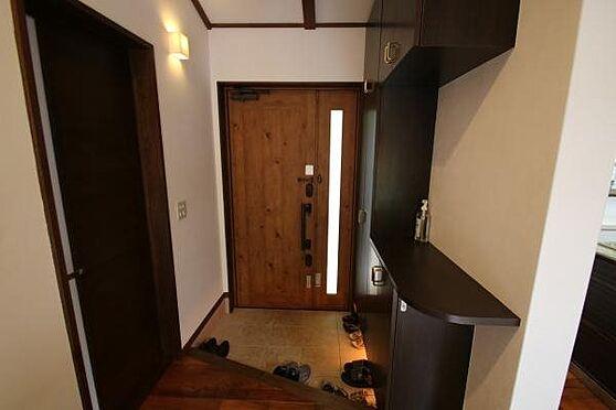 中古一戸建て-熱海市伊豆山 上品な木製のドア、シュークローゼット備え付けの玄関です。